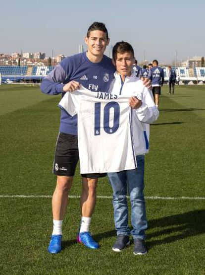 Johan Alexis Ramírez Castro con su ídolo, James.