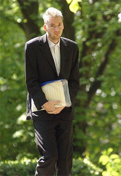 El desconocido pianista, en el jardín del hospital.
