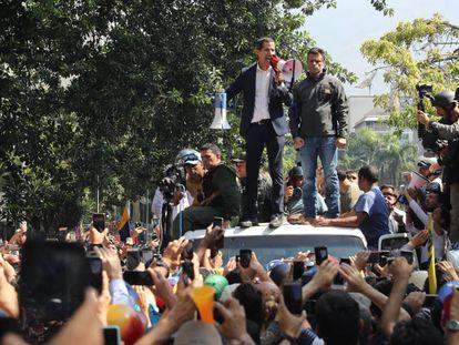 Juan Guaidó, junto a Leopoldo López, se dirige a los ciudadanos el martes en Caracas.