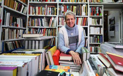 Ana, propietaria con sus noventa años de Aliana, la única librería dedicada a la Gastronomía.