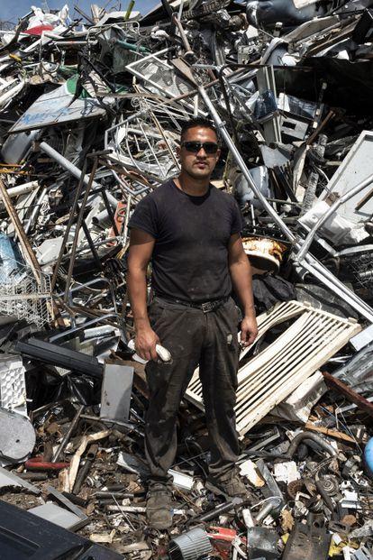 Un trabajador de la empresa Álvarez San Miguel, junto a una montaña de chatarra acumulada.