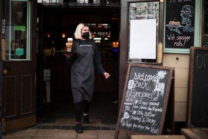 Una camarera en un bar de Londres este lunes.