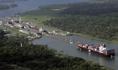 Esclusa del canal de Panamá a la altura de Colón.
