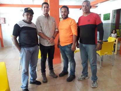 Los periodistas Luis Gonzalo Pérez y Rafael Hernández (centro)  junto a dos activistas de la ONG FundaRedes, detenidos por autoridades venezolanas en Apure, Venezuela.