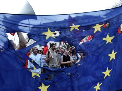 Los efectos de la crisis financiera es uno de los temas pendientes en la UE. En la imagen, manifestantes en Grecia en 2015.