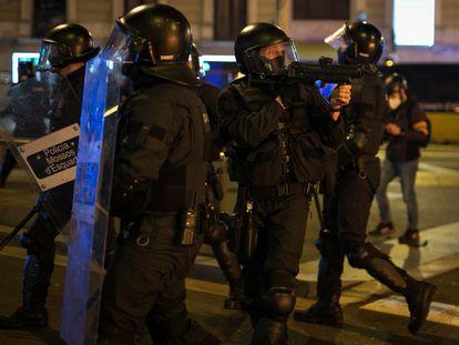 Un agente de los Mossos d'Esquadra apunta con la pistola de foam durante las protestas en Barcelona.