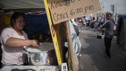 María Elena Pérez Nava, mexicana de 30 años, es voluntaria y la máxima responsable de la cocina de El Chaparral. Como el resto de migrantes llegó al campamento huyendo de la violencia de su comunidad y ahora espera un permiso para cruzar a Estados Unidos.