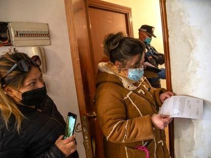 Soraya Endara recibe una notificación en su vivienda de la calle Luna en Madrid. Soraya vive en el piso con un hijo y una persona acogida.