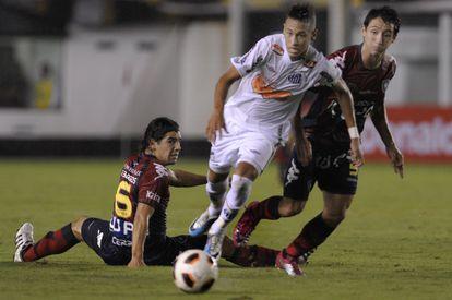 El jugador durante su etapa en el Santos, equipo que le vio crecer. Ya entonces los rivales iban a por él.