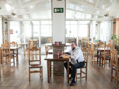 Jesús Carlos Estevéz, uno de los dueños de la Venta de Meco en la A-2, come en el restaurante vacío este lunes, como todos los días