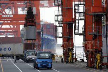 Un barco contenedor en el puerto de Tokio. EFE/Archivo