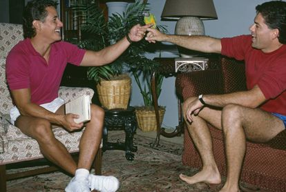 Greg Louganis (a la izquierda) en 1988 con el que era su manager y pareja Jim Babbit.
