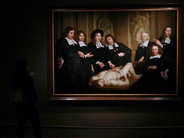 Una visitante observa una de las obras de Rembrandt expuestas en el museo Thyssen-Bornemisza, este lunes en Madrid.