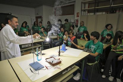 Encierro de alumnos y profesores en el instituto de secundaria Juan de la Cierva, con actividades en el laboratorio.