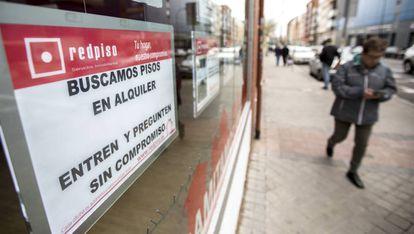 Carteles de viviendas en alquiler en una oficina inmobiliaria en Madrid.