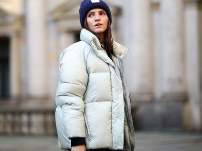 La 'influencer' Liberta Haxhikadriu luciendo una chaqueta acolchada en las calles de Hamburgo, Alemania, en 2019.