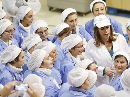 Susana Díaz, este lunes, en una fábrica de polvorones de Estepa.