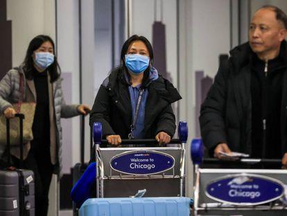 Pasajeros a la salida de la terminal internacional del aeropuerto de Chicago, el pasado viernes