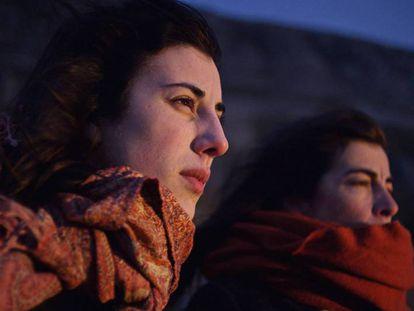 Elena Martín (izq) y Mónica García en la película 'Con el viento'.