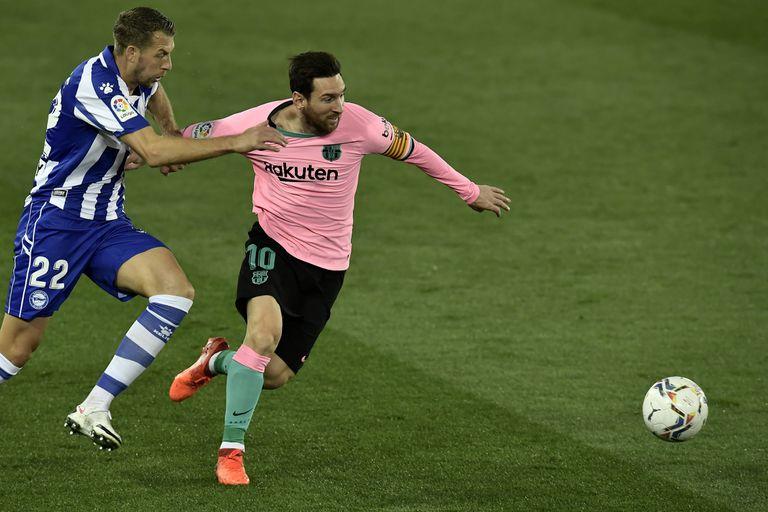 Messi intenta escaparse del marcaje de Florian Lejeune