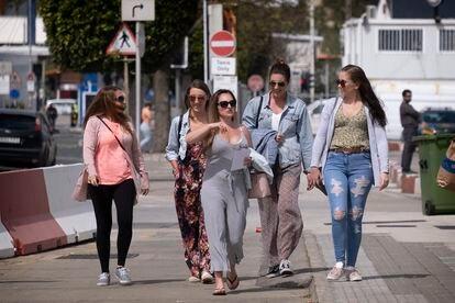 Un grupo de jóvenes en una calle de Gibraltar, este viernes.