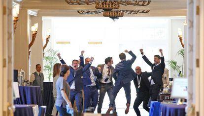Piqué (a la derecha de la imagen) y el equipo de Kosmos celebran la aprobación de su proyecto, la semana pasada durante la asamblea de la ITF en Orlando.