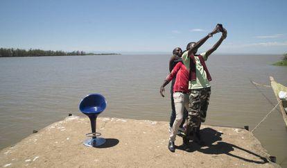 Unos jóvenes se hacen una foto junto al Lago Victoria, en Kisumu (Kenia).