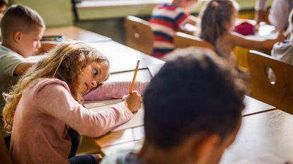 Una niña se aburre en clase.