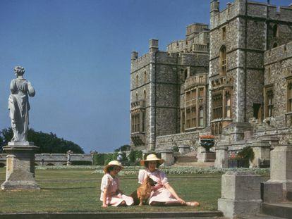 Las princesas Isabel y Margarita en el castillo de Windsor el 8 de julio de 1941.