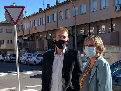El alcalde de Manlleu, Àlex Garrido, y la conejera de Salud, Alba vergés.