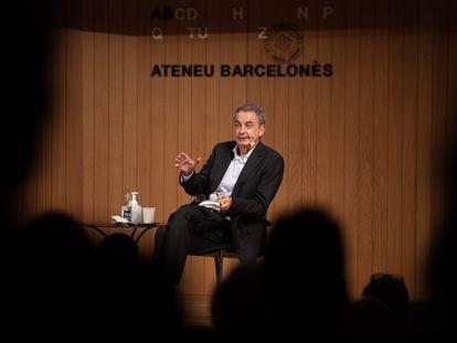 El expresidente del Gobierno José Luis Rodríguez Zapatero en la presentación de su libro 'No voy a traicionar a Borges' en el Ateneu Barcelonès.