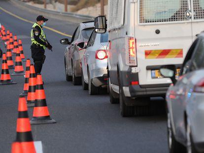Un policía controla el confinamiento, el viernes en la carretera de Tel Aviv a Jerusalén.