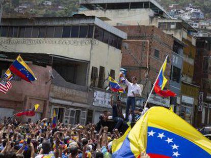 Una improvisada visita al Estado de Vargas se convierte en una masiva manifestación de apoyo. El gobierno de Nicolás Maduro anuncia el cese de todos sus ministros