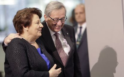 Jean-Claude Juncker y la primera ministra letona, Laimdota Straujuma, este jueves en Riga.