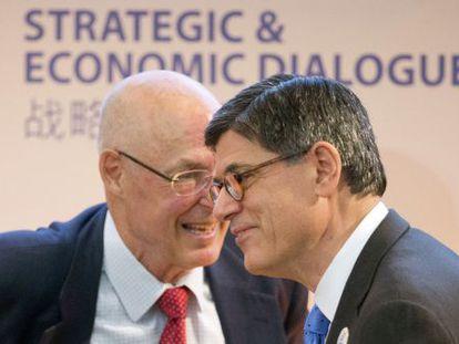 El secretario del Tesoro, Jack Lew (a la derecha), con su antecesor Henry Paulson, el pasado día 23.