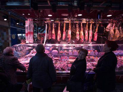 Clientes en el mercado Maravillas, en Madrid, este sábado.