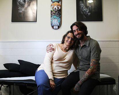 Álvaro y María en el estudio de tatuajes.