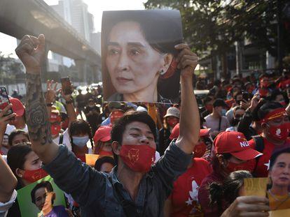 Un grupo de activistas de Myanmar sostiene el retrato de Aung San Suu Kyi, durante una protesta frente a la embaja de Myanmar de Bangkok (Tailandia).