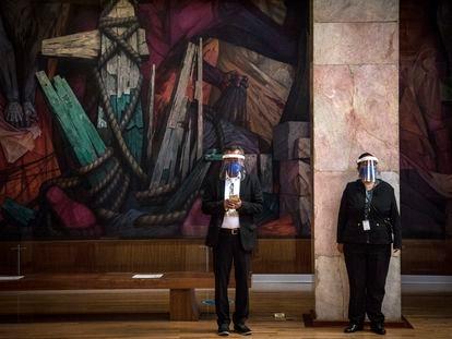 Trabajadores del Museo de Bellas Artes de la Ciudad de México atienden a los visitantes.