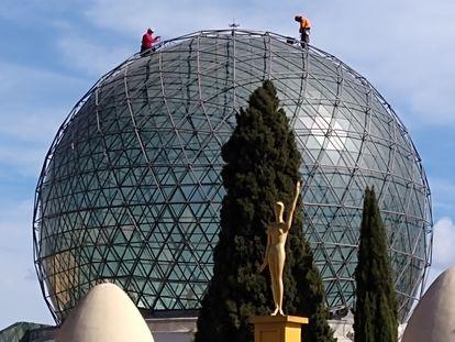 Trabajos de limpieza anuales de la cúpula del Teatro Museo de Figueres, durante el periodo en el que el museo ha estado cerrado. / FUNDACIÓ GALA-SALVADOR DALÍ