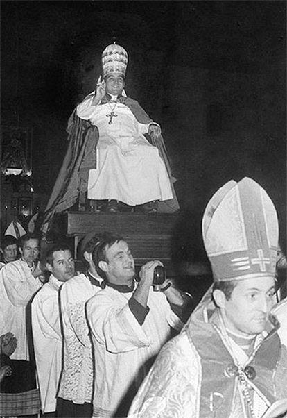 Imagen de 1978 en la que se ve a Clemente Domínguez Gómez, portado en unas andas.