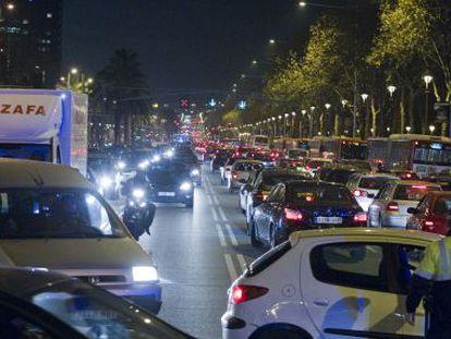 Atasco en la avenida Diagonal, en Barcelona.