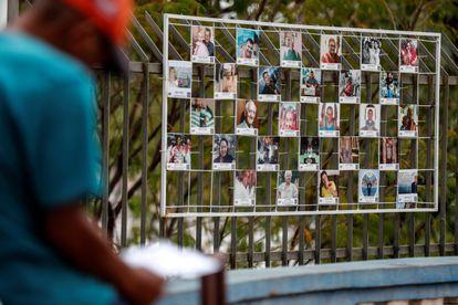 """Un hombre observa unas fotografías en la exposición """"Inmensurables """" que forma parte del memorial de las víctimas de la covid-19 en Cuiabá, Mato Grosso, el 19 de junio de 2021."""