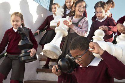 Escenas en el colegio San Jorge de Palos de la Frontera (Huelva), donde el ajedrez educativo está en auge.
