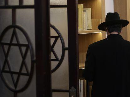 Un judío en el Centro de Documentación e Investigación Judío de México, en Ciudad de México.