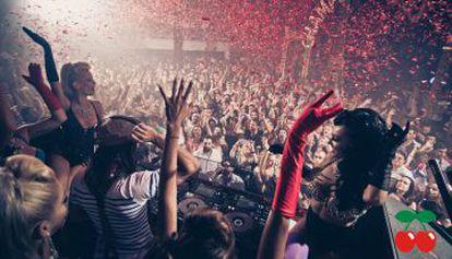Interior de la discoteca Pachá Ibiza en una de las multitudinarias fiestas que organiza durante los meses de verano.