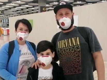 Tres personas llegan este viernes al aeropuerto de Madrid, procedentes de Buenos Aires.