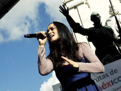 Julieta Venegas durante una actuación en Plaza de España.
