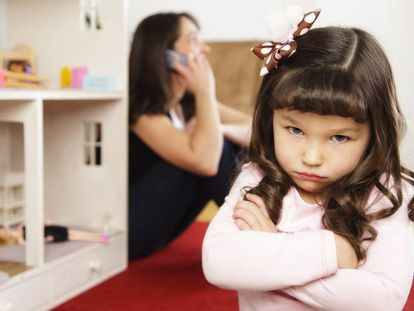 El niño que crítica que su madre pasa más tiempo con el móvil que con él.