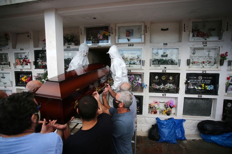Entierro de un enfermo de covid este viernes en Porto Alegre.